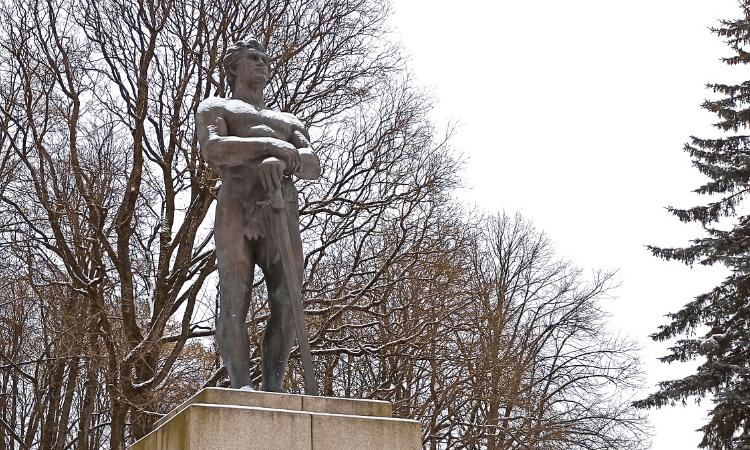 Estatua de Kalevipoeg en Tartu (Estonia)