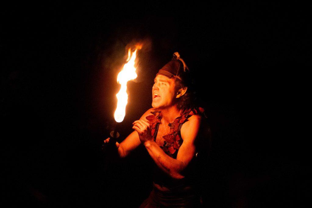 Fotografía de duende con fuego